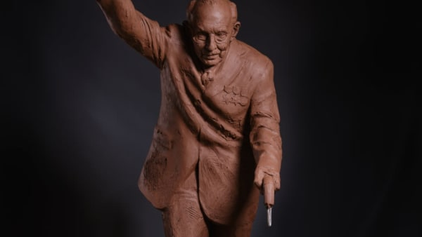 Renowned sculptor to gift life-size Capt Tom to Leeds Hospitals
